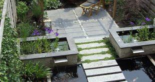Koiteich mit natürlichem Pflanzenfilter und schwimmenden Trittsteinen aus Natur...