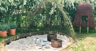 Bodennahe Natur Sandkiste aus Palisaden bauen mit Weidendach