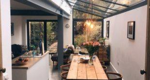 Industrielle moderne Küche und Esszimmer mit Deckenfenstern und Holzdetails -